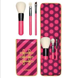 Mac Women's Nutcracker Sweet Essential Brush Kit.